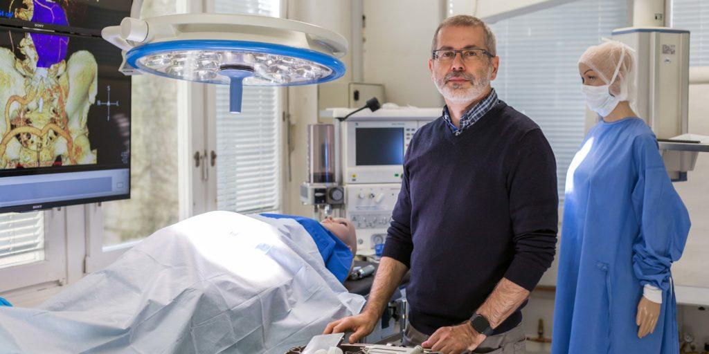 Michael Lehmann im Operationssaal des Living Labs