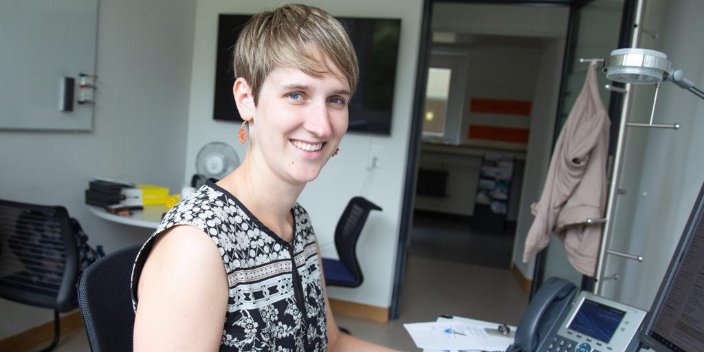 Lynn Scholtes an ihrem Arbeitsplatz.