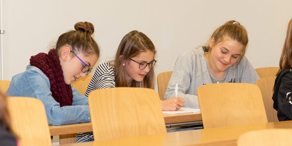 Le trio Malina, Lea et Selina participe au programme «Filles et informatique» du département Gestion de la BFH.