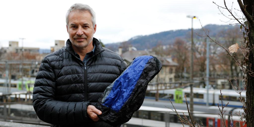 Marco Köchli mit einem der Stoffbeutel, die er zur Vermeidung von Plastiktüten immer und überall dabei hat.