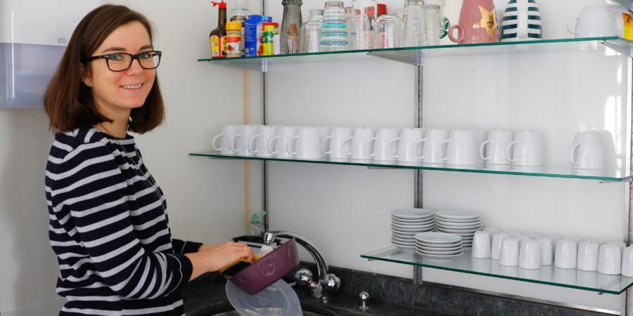 Katrin Reim wäscht ihre reBox aus, damit sie für das nächste Mittagessen wieder einsatzbereit ist.
