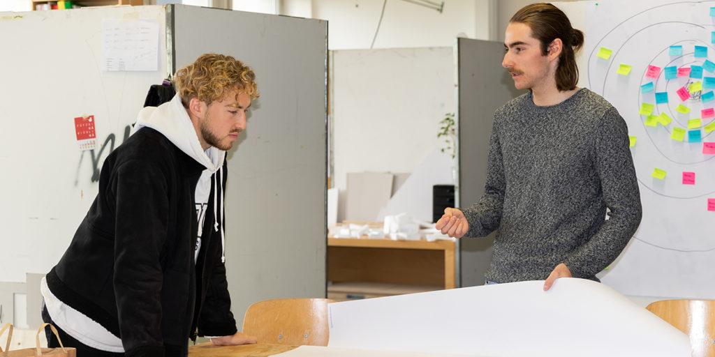 Gabriel, angehender Holzbauingenieur und Patrick, Architekturstudent, diskutieren das weitere Vorgehen bei der Fertigung ihres Prototypen.