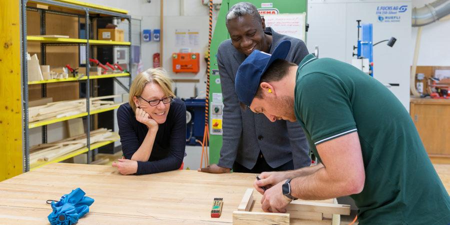 Charles O. Job und Katrin Künzi in der Werkstatt