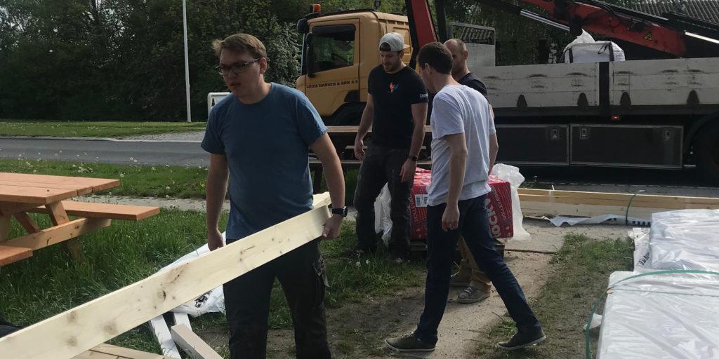 Remo und Co. tragen das angelieferte Material in die Werkstatt. Bild: zvg