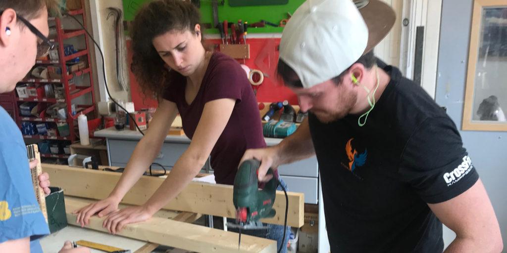 Lorena, Remo und Markus arbeiten an ihrem ineinanderpackbaren Hocker «x zu z». Bild: zvg