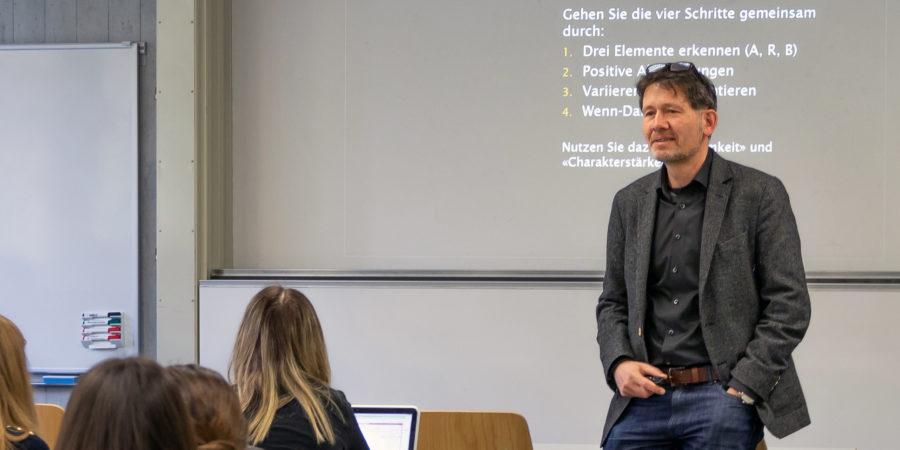 Alexander Hunziker vermittelt Studierenden der Berner Fachhochschule Grundlagen in Achtsamkeit und Positiver Psychologie.