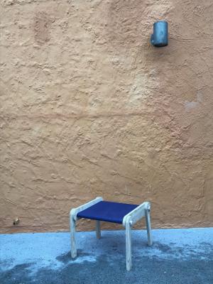 Ein eleganter Klappstuhl mit Sitzfläche aus blauem Stoff; ...