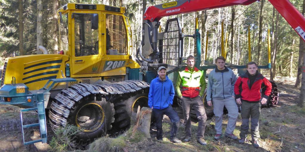 Studierende der HAFL sind aktiv bei den Geländetests des neu entwickelten Forwarders eingebunden.