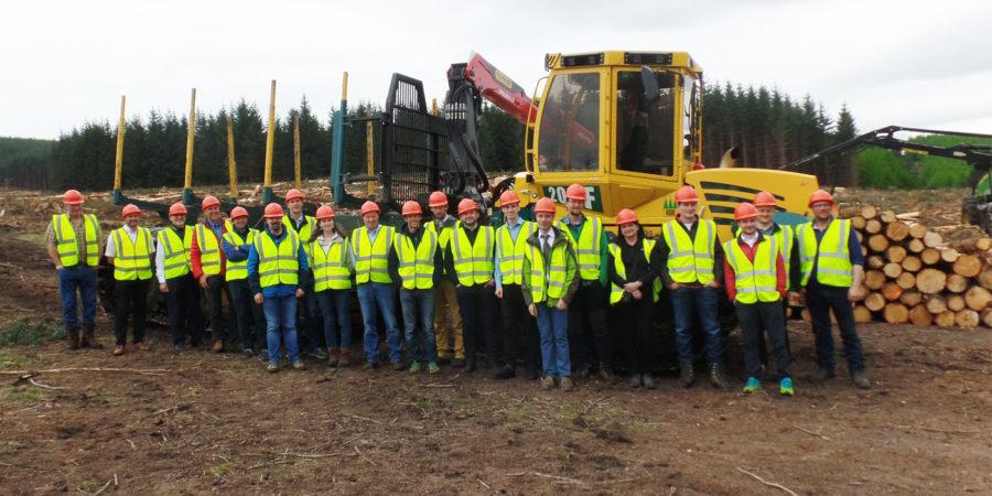 Ingenieurinnen, Forschende und Forstdienstleister aus verschiedenen europäischen Ländern treffen sich, um den neu entwickelten Forwarder 2020 zu testen, hier gezeigt der Einsatz in Schottland.