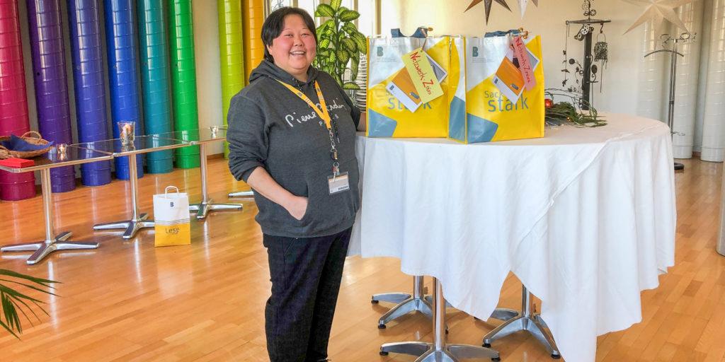 InJa Buchmann, Mitarbeiterin Sekretariat am Departement Technik und Informatik, mit den zwei Z'Nüni-Taschen. Sie wählte für das Netzwerk-Znüni das Team der IT-Services. Bild: zvg