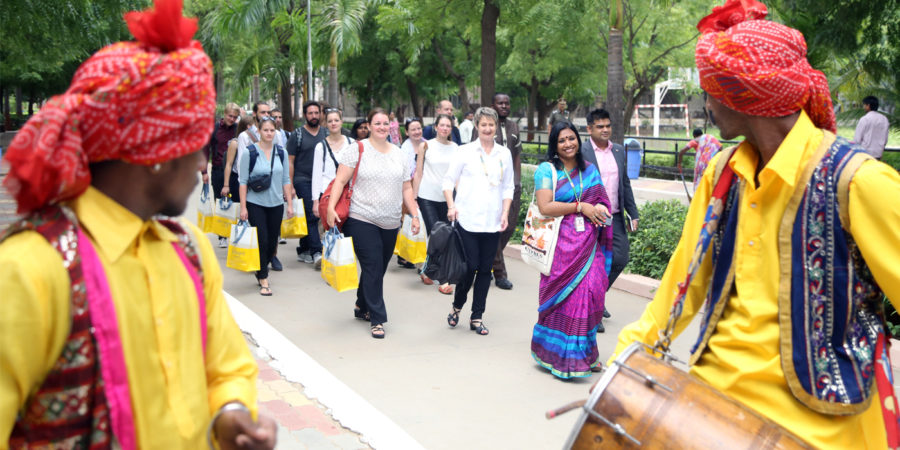 Les étudiant-e-s de la BFH et l'équipe de Jacqueline Bürki sont chaleureusement accueillis par les membres de la Parul University