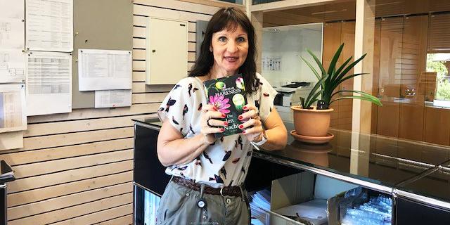 Beatrice Leuthard, Leiterin Fachbereichssekretariat Bauingenieurwesen an der BFH-AHB, gewann das Buch «Die Seelen der Nacht» von Deborah Harkness. Bild: zvg
