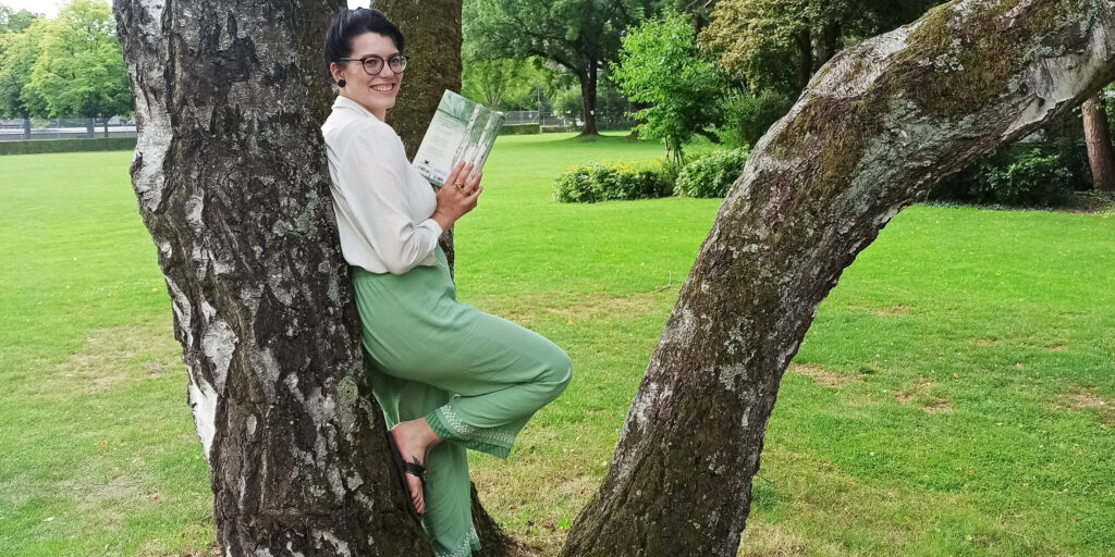 Claudia Bärtschi, Direktionsassistentin an der BFH-W, vertiefte sich über den Sommer ins Buch «In 80 Bäumen um die Welt» von Jonathan Drori. Bild: zvg