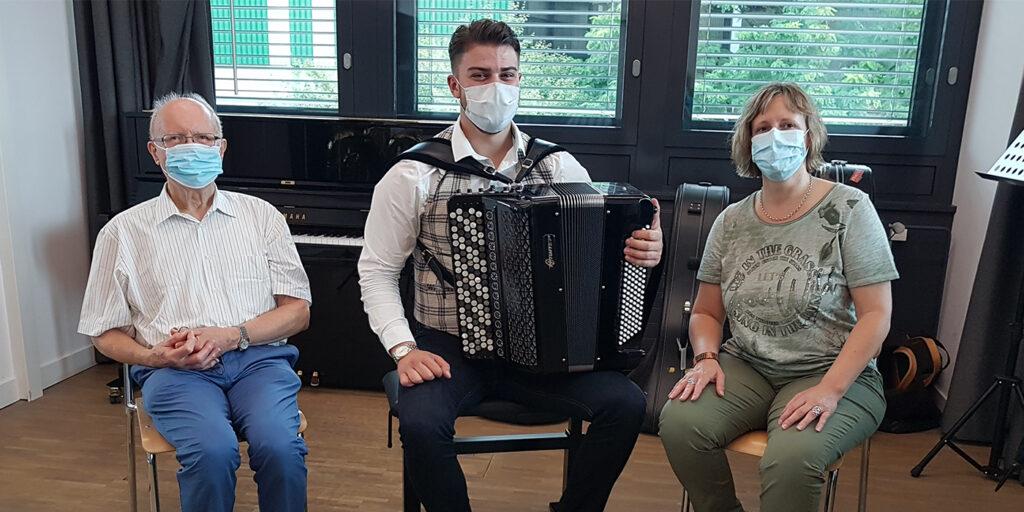 Christine Künzler, Sachbearbeiterin Studierendenadministration BFH-G, genoss gemeinsam mit ihrem Vater das gewonnene Akkordeon-Ständchen.